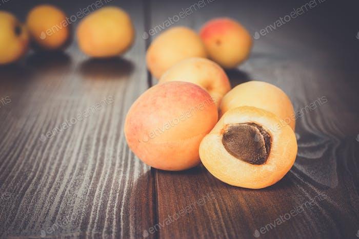 einige frische Aprikosen über Holzhintergrund