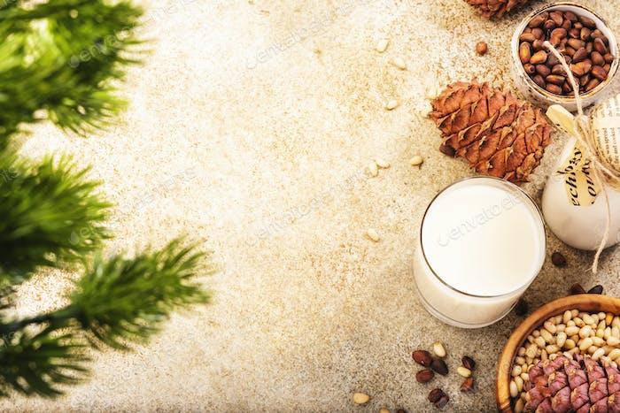 Zedernnussmilch, Beige Tischhintergrund. Nicht milchhaltig alternative Milch