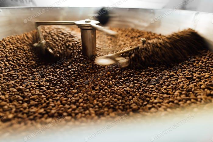 Bohnen in einem beweglichen Kaffeekühlmischer