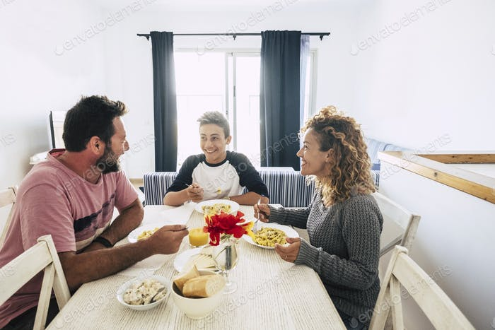 familia caucásica feliz y alegre almorzando juntos en casa