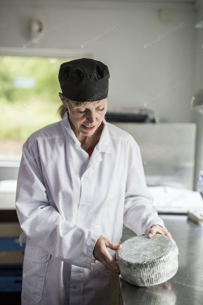 Портрет женщины в проверках сыра
