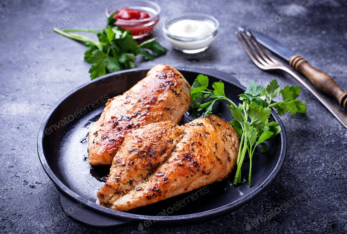 Gegrillte Hähnchenbrust oder Filet auf Eisenpfanne