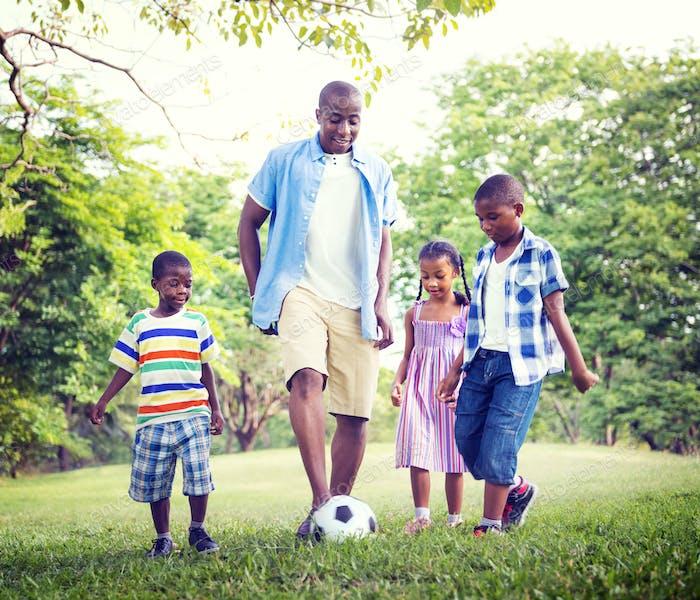 Familie Bonding Erholung Sport Fußball-Konzept