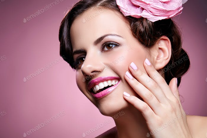 красивая девушка с розой в волосах