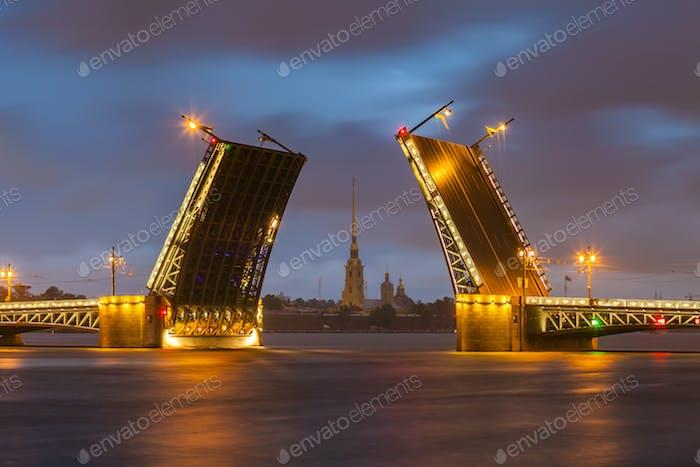 Schlossbrücke mit Peter-und-Paul-Festung - St. Petersburg White Nights, Russland.
