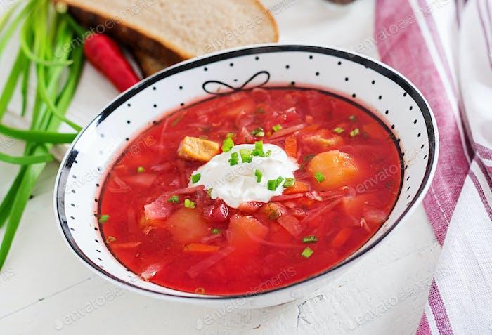 Traditionelle ukrainische russische Borschtsch mit weißen Bohnen auf der Schüssel. Rote-Bete-Suppe.