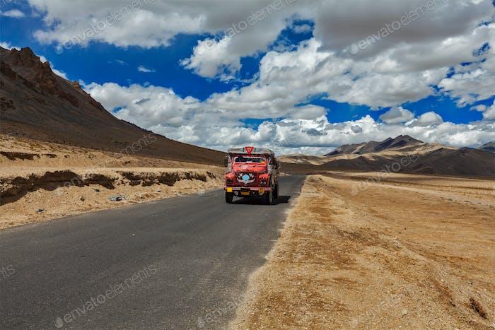 Manali-Leh Straße im indischen Himalaya mit LKW. Ladakh, Indien