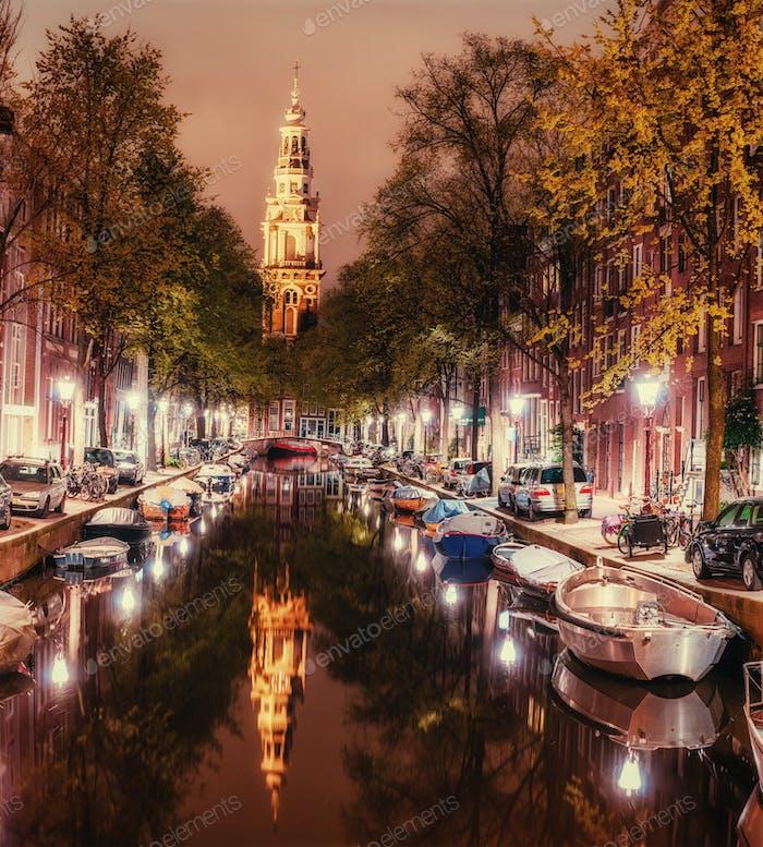 Schöne Nacht in Amsterdam. Beleuchtung von Gebäuden und