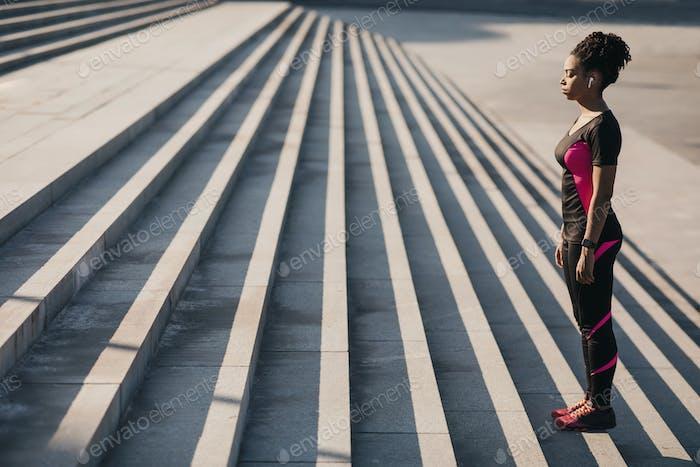 Gesundes Fit Blogger oder Sportmodell macht Übungen, um Gewicht zu verlieren