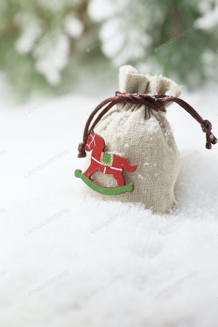 Weihnachtsgeschenkbeutel im Schnee
