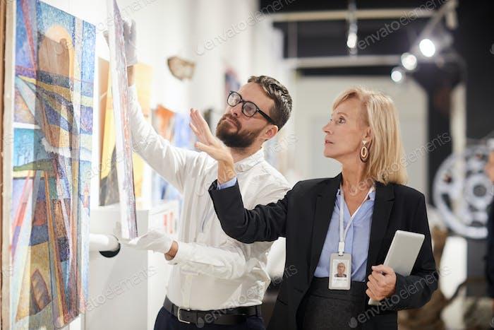 Manager Organisieren der Kunstgalerie Ausstellung