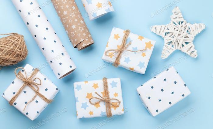 Weihnachtsgeschenkverpackung, Papier rools und Dekor