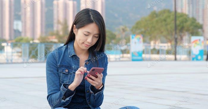 Frau Nutzung des Mobiltelefons in der Stadt im Freien