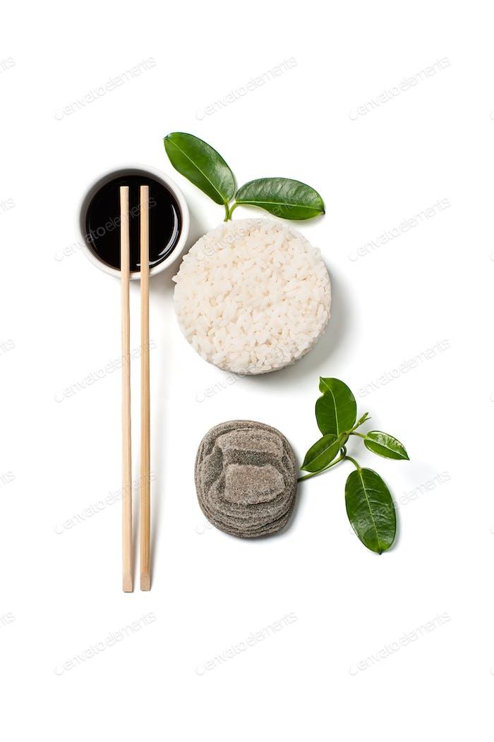 Reis und Sojasauce auf weißem Hintergrund.