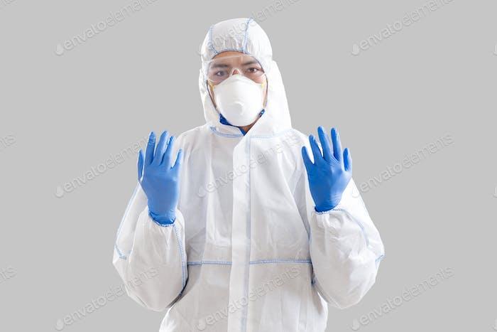Homem em luvas de proteção e terno, pronto para salvar vidas