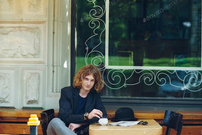 Porträt interessant rötlich Mann posiert mit Kaffee