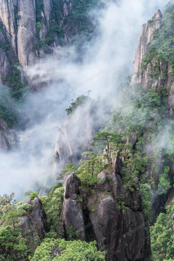 schöne Berg sanqing in Wolkennebel