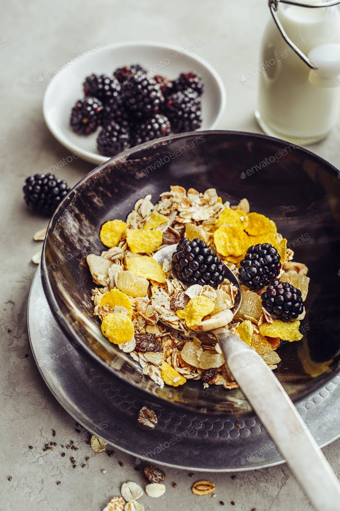 Oat Granola with Corn Flakes and BlackBerry.