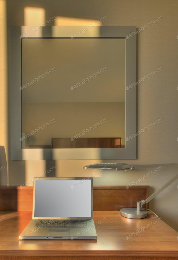 54628, Laptop auf Schreibtisch im Hotelzimmer