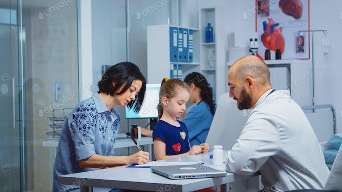 Madre completando un cuestionario médico