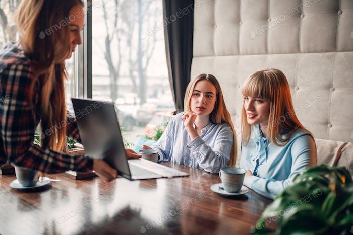 Business-Präsentation auf Laptop im Café, Marketing