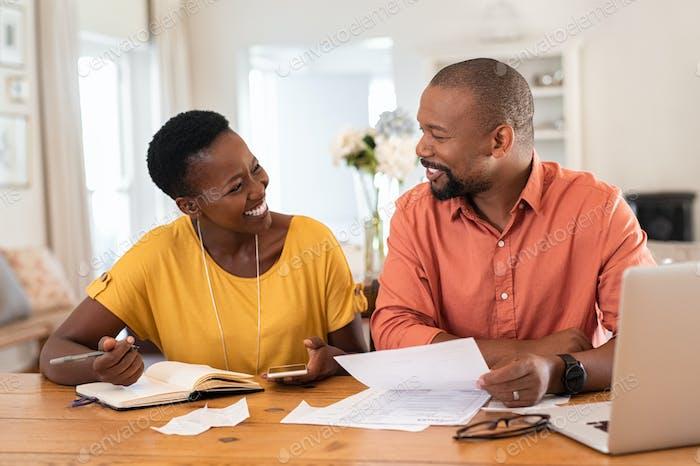 Reife Paar Verwaltung Hausfinanzierung