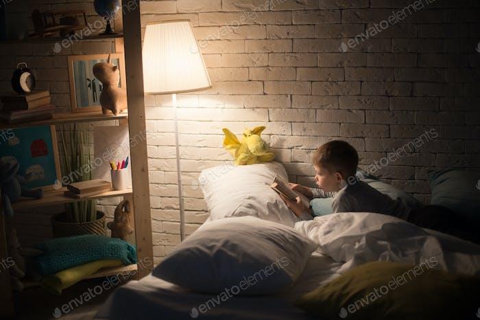 Little Boy Lesbuch bei Nacht