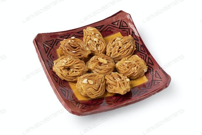 Gericht mit marokkanischen festlichen hausgemachten Chebakia