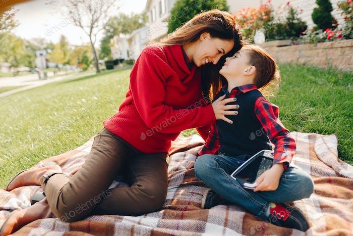 Hermosa madre con Pequeño hijo