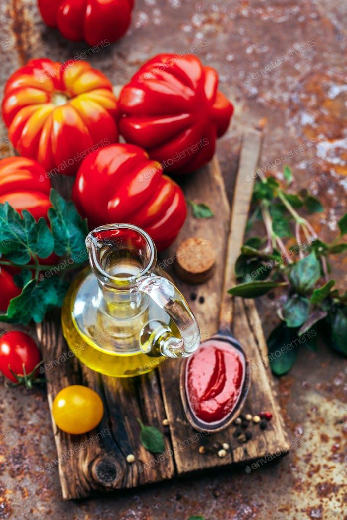 Olivenöl, Tomatensauce und frische Tomaten.