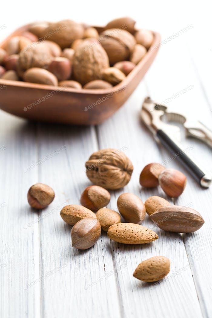 verschiedene ungeschälte Nüsse