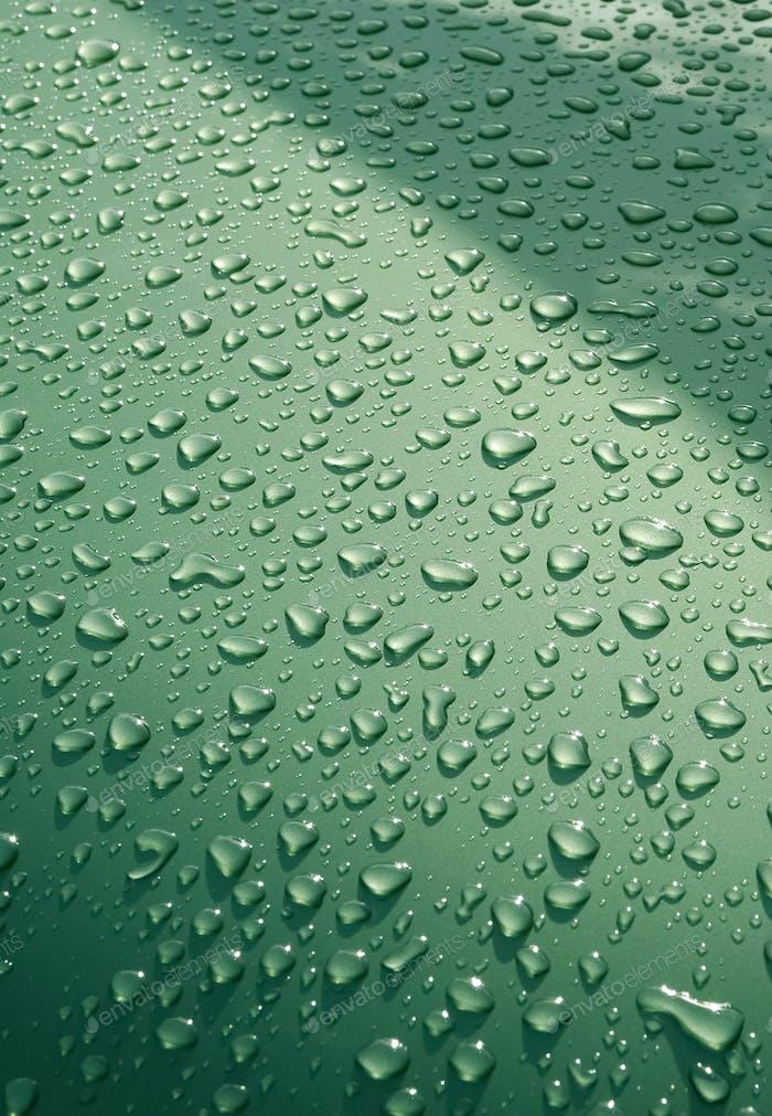 Wasser auf grünem Metall