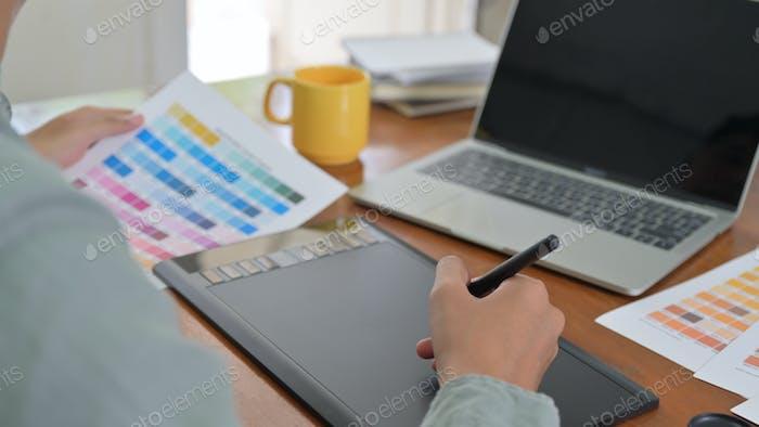 Designer setzen moderne digitale Design-Tools in Büros ein.