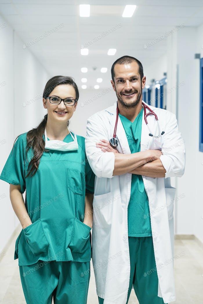 Sonriente médico y enfermera retrato