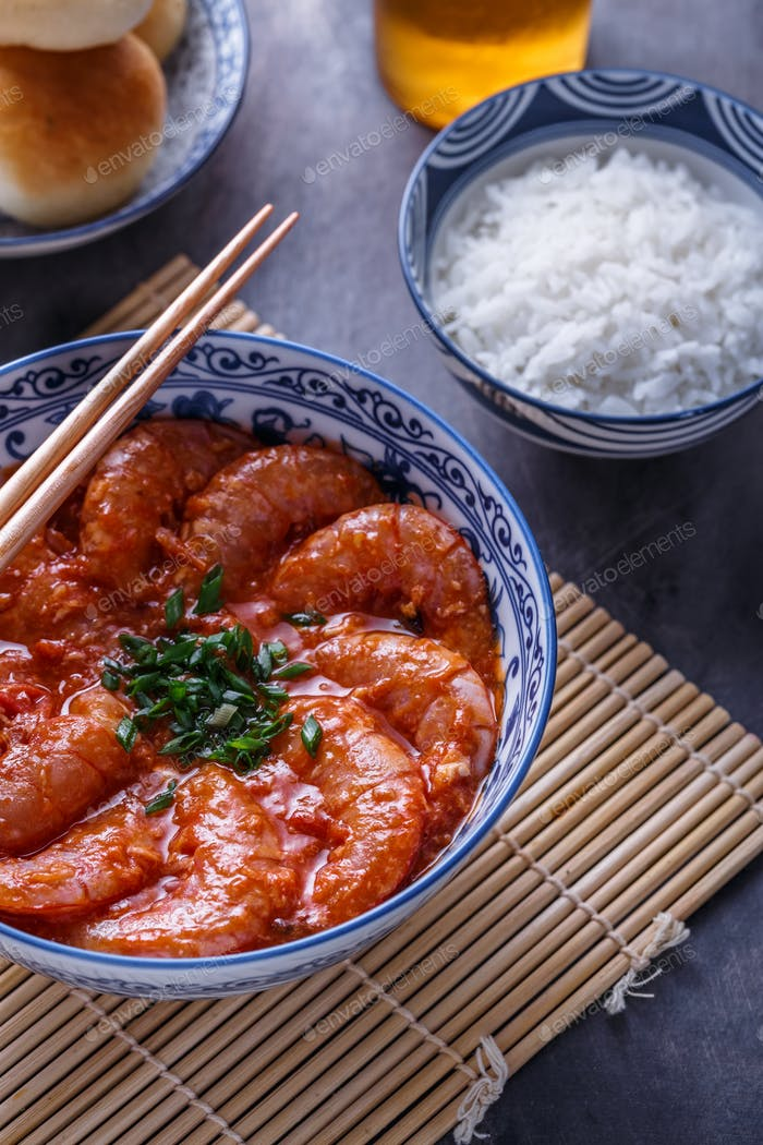 Singaporean chili shrimps with beer and chinese buns