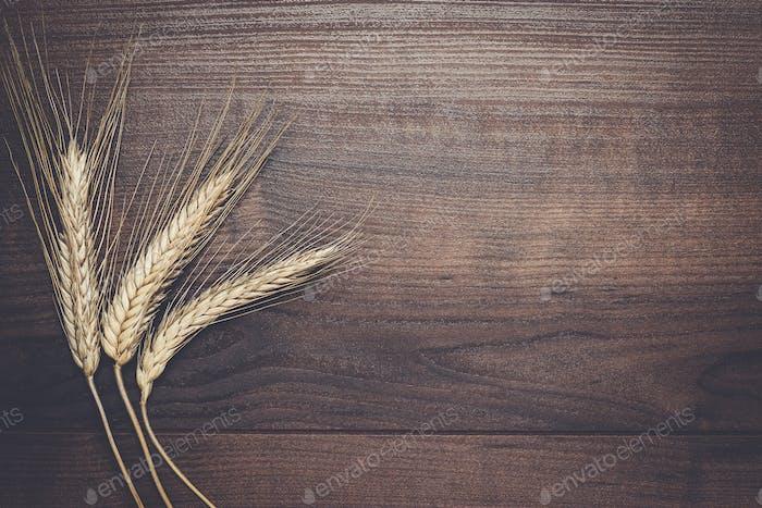 orejas de centeno sobre Fondo de De madera marrón