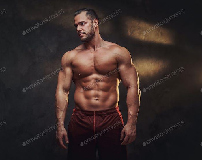 Porträt des attraktiven nackten Bodybuilder