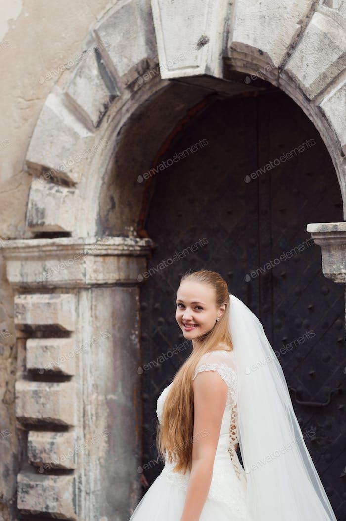 Schöne Braut in der Stadt