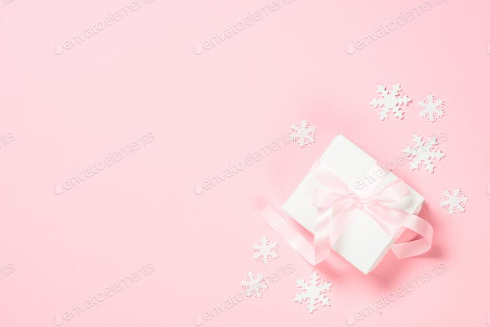 Weihnachten flach lag Hintergrund mit Weihnachtsgeschenk Box auf rosa
