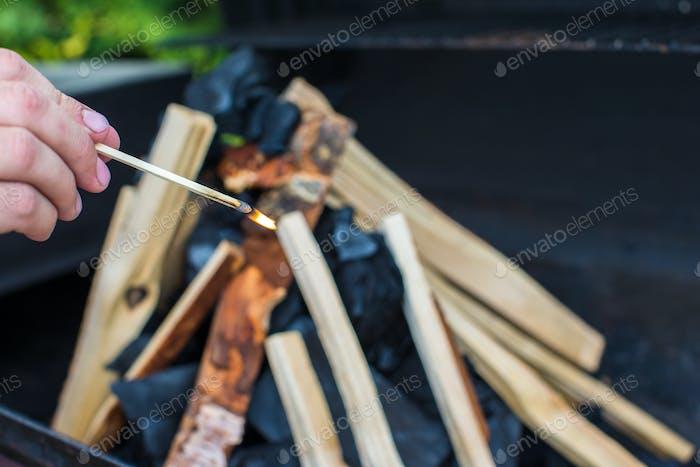 Closeup Aufnahme von offenem Campingfeuer zum Grillen