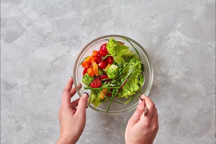 Der Prozess der Zubereitung eines gesunden vegetarischen Salat aus Bio-Naturgemüse, Gemüse, Käse