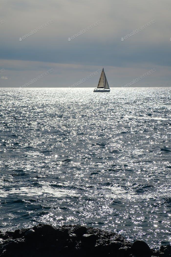 velero en la línea horizonte