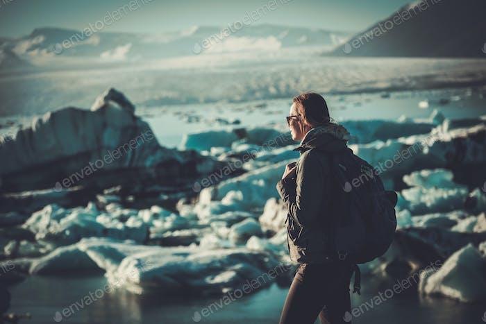 Frau Entdecker Blick auf Jokulsarlon Lagune, Island.