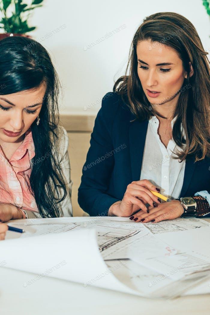 Architekten prüfen Pläne