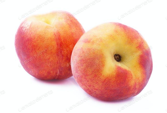 Reife Pfirsich auf Weiß