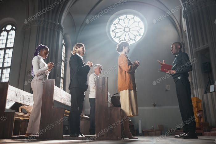 Menschen, die für eine Messe beten