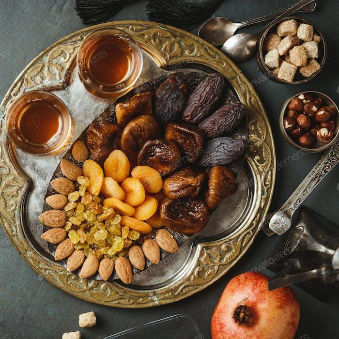 Traditioneller arabischer Tee und Trockenfrüchte und Nüsse, flach gelegt
