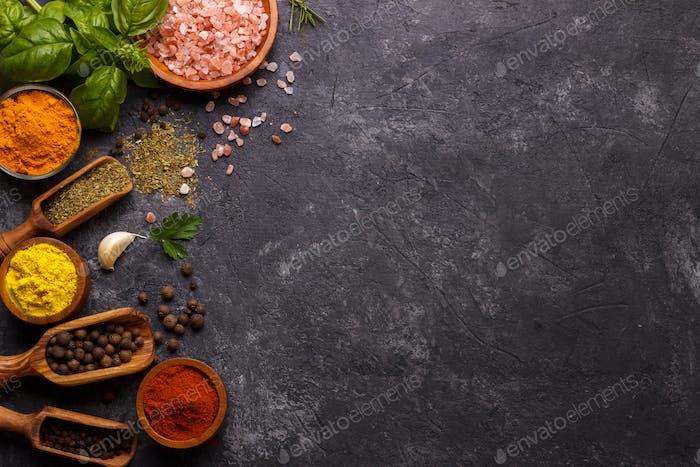 Hierbas y especias sobre negro