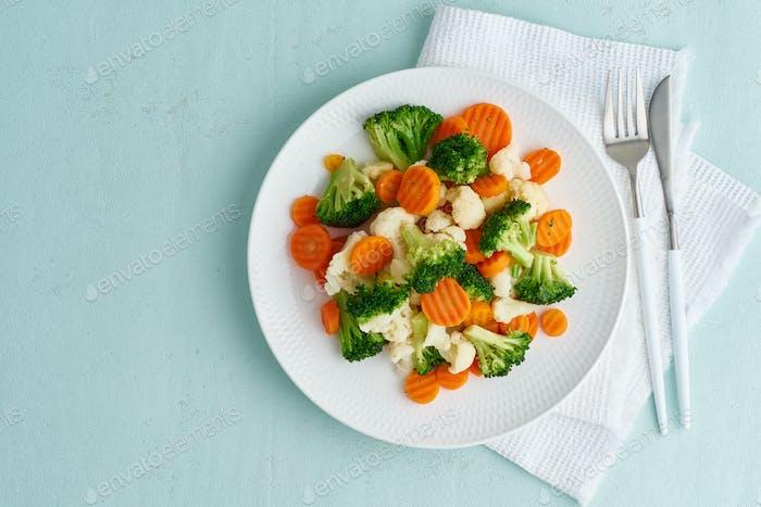 Mix aus gekochtem Gemüse. Brokkoli, Karotten, Blumenkohl. Gedämpftes Gemüse für diätetische