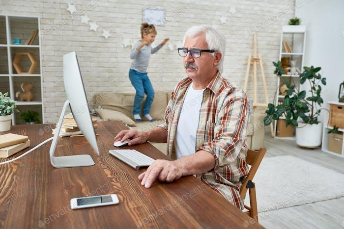 Großvater lernen, Computer zu benutzen
